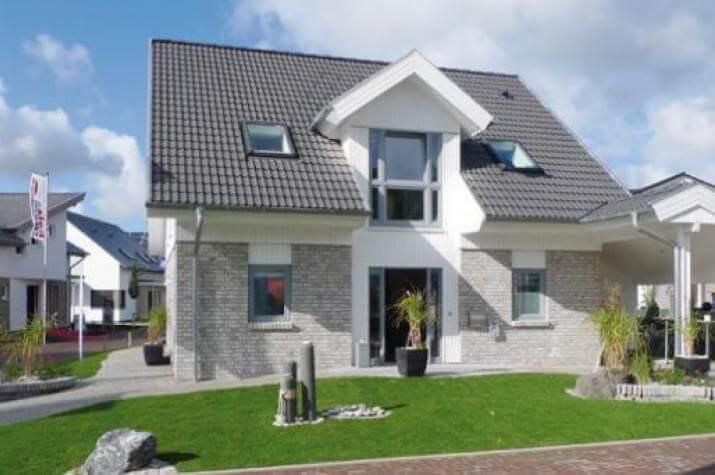 Adelby - Hauseingang mit Carport