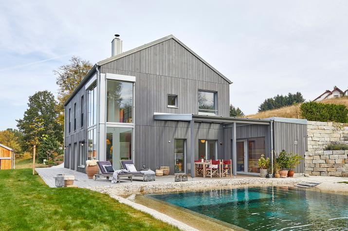Haus am Wald - Außenansicht mit Schwimmteich